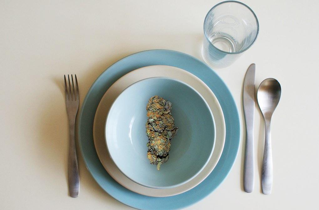 אוכל עם קנאביס, פרח קנאביס על צלחת