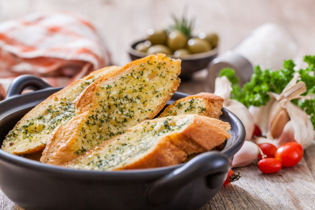 לחם שום עם קנאביס ופסטו