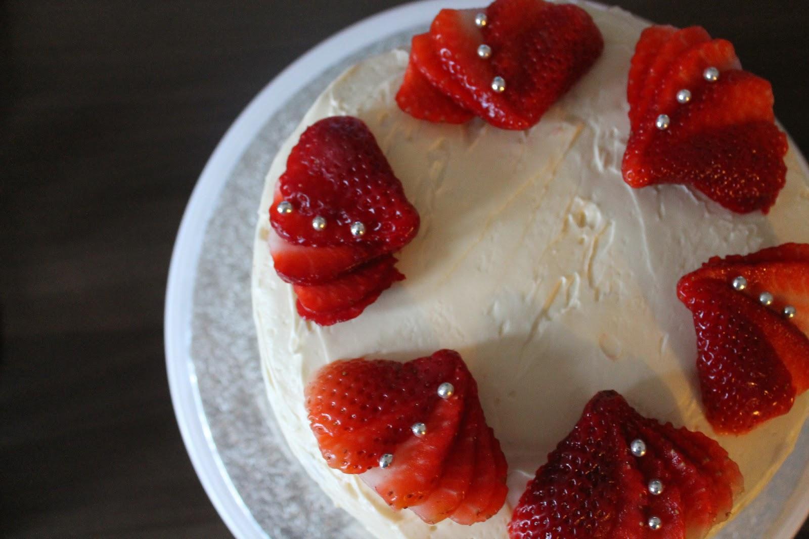 עוגת וניל עם תותים וקנאביס